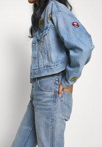Levi's® - CROP DAD TRUCKER - Denim jacket - light blue denim - 4