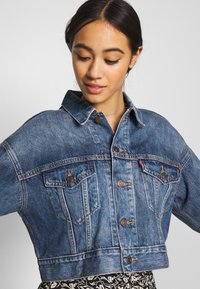 Levi's® - CROP DAD TRUCKER - Jeansjakke - blue denim - 3