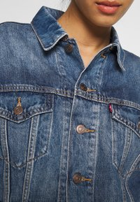 Levi's® - CROP DAD TRUCKER - Jeansjakke - blue denim - 5