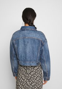 Levi's® - CROP DAD TRUCKER - Chaqueta vaquera - blue denim - 2