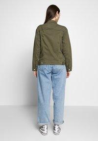 Levi's® - EX-BOYFRIEND TRUCKER - Kurtka jeansowa - tensile olive - 2