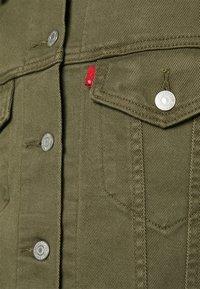 Levi's® - EX-BOYFRIEND TRUCKER - Kurtka jeansowa - tensile olive - 3