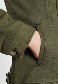 Levi's® - EX-BOYFRIEND TRUCKER - Kurtka jeansowa - tensile olive - 6