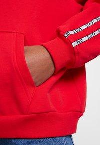 Levi's® - UNBASIC HOODIE - Bluza z kapturem - brilliant red - 5