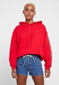 Levi's® - UNBASIC HOODIE - Bluza z kapturem - brilliant red - 0