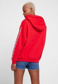 Levi's® - UNBASIC HOODIE - Bluza z kapturem - brilliant red - 2