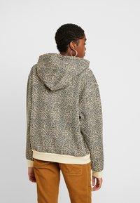 Levi's® - UNBASIC' HOODIE - Felpa con cappuccio - mini cheetah gravel - 2