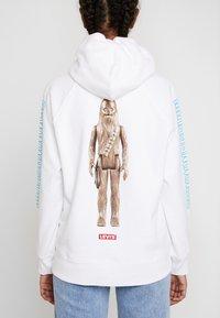 Levi's® - STAR WARS GRAPHIC SPORT HOODIE - Huppari - chewbacca white - 3