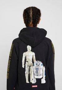 Levi's® - STAR WARS GRAPHIC SPORT HOODIE - Bluza z kapturem - androids black - 3