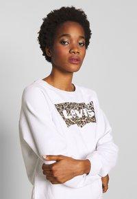 Levi's® - RELAXED GRAPHIC CREW - Sweatshirt - white - 3