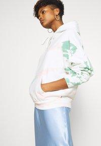 Levi's® - GRAPHIC HOODIE - Hoodie - white/multi-coloured - 3