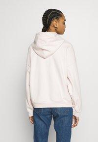 Levi's® - GRAPHIC HOODIE - Bluza z kapturem - peach blush - 2