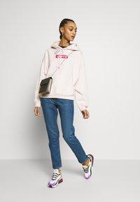 Levi's® - GRAPHIC HOODIE - Bluza z kapturem - peach blush - 1