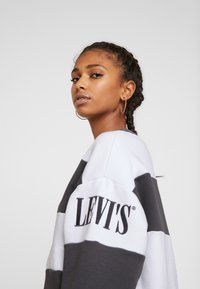 Levi's® - DIANA CREW - Collegepaita - haley forged iron/white - 3