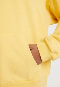 Levi's® - HOODIE - Luvtröja - ultra soft ochre garment dye - 5