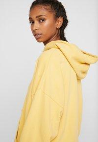 Levi's® - HOODIE - Luvtröja - ultra soft ochre garment dye - 3