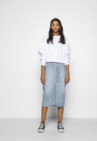 Levi's® - GRAPHIC DIANA CREW - Sweatshirt - original white - 1