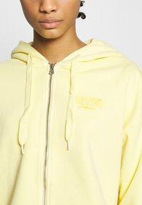 Levi's® - GRAPHIC ZIP SKATE HOODIE - Hettejakke - crop zip hoodie cali box tab garment dye pale banana - 4