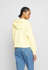 Levi's® - GRAPHIC ZIP SKATE HOODIE - Hettejakke - crop zip hoodie cali box tab garment dye pale banana - 2