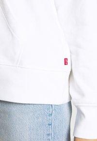 Levi's® - GRAPHIC SPORT HOODIE - Jersey con capucha - white - 5