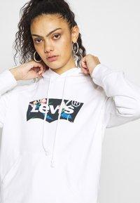 Levi's® - GRAPHIC SPORT HOODIE - Jersey con capucha - white - 3
