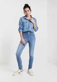 Levi's® - 721™ HIGH RISE SKINNY WHITE DENIM - Jeans Skinny Fit - steal my sunshine - 1