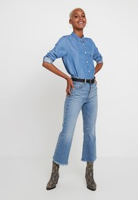 Levi's® - RIBCAGE CROP FLARE - Jean flare - scapegoat - 1