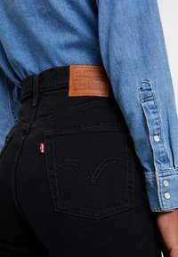 Levi's® - RIBCAGE CROP FLARE - Flared jeans - on the rocks - 6
