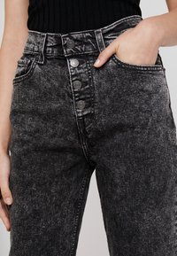 Levi's® - EXPOSED BUTTON MOM JEAN - Džíny Relaxed Fit - far fetched - 3
