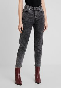 Levi's® - EXPOSED BUTTON MOM JEAN - Džíny Relaxed Fit - far fetched - 0