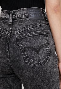 Levi's® - EXPOSED BUTTON MOM JEAN - Džíny Relaxed Fit - far fetched - 5