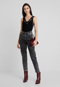 Levi's® - EXPOSED BUTTON MOM JEAN - Džíny Relaxed Fit - far fetched - 1