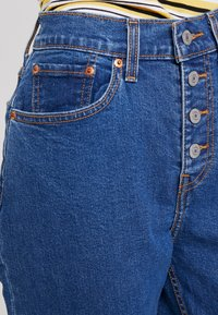 Levi's® - EXPOSED BUTTON MOM JEAN - Jeans relaxed fit - pacific dream - 3