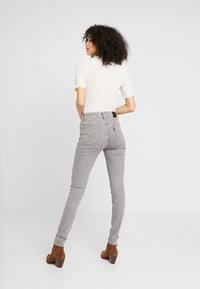 Levi's® - 721 HIGH RISE SKINNY - Jeansy Skinny Fit - set in stone - 2