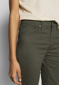 Levi's® - 721 HIGH RISE SKINNY - Jeans Skinny Fit - hypersoft t2 olive night - 4