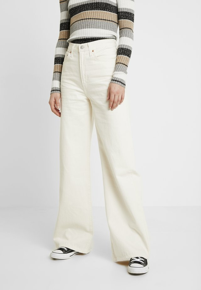 RIBCAGE WIDE LEG - Flared jeans - icy ecru