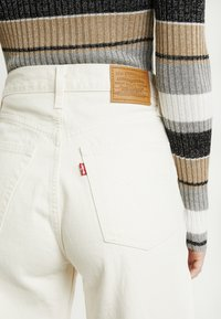 Levi's® - RIBCAGE WIDE LEG - Flared Jeans - icy ecru - 3