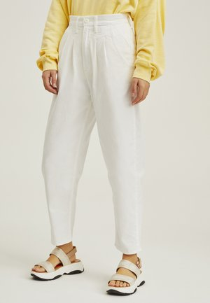 PLEATED BALLOON - Jeans relaxed fit - white