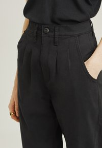 Levi's® - PLEATED BALLOON - Relaxed fit jeans - black - 5