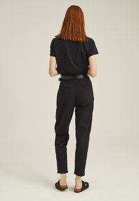 Levi's® - PLEATED BALLOON - Relaxed fit jeans - black - 2