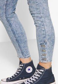 Levi's® - MILE HIGH ANK BUTTON HEM - Skinny džíny - light blue denim - 4