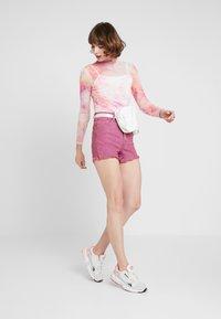 Levi's® - RIBCAGE  - Jeans Short / cowboy shorts - pink - 1
