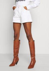 Levi's® - WIDE LEG SHORT  - Farkkushortsit - white - 0