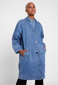 Levi's® - CHARLOTTE COAT - Zimní kabát - medium light stonewash - 0