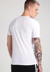 Levi's® - SLIM FIT 2 PACK  - Basic T-shirt - white - 4