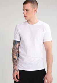 Levi's® - SLIM FIT 2 PACK  - Basic T-shirt - white - 3