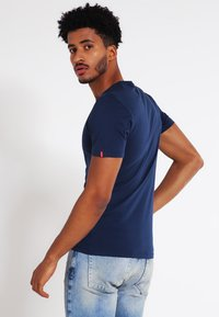 Levi's® - SLIM FIT 2 PACK  - T-shirt - bas - navy/white - 3