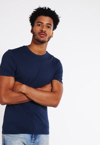 Levi's® - SLIM FIT 2 PACK  - T-shirt - bas - navy/white - 2