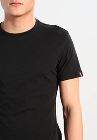 Levi's® - SLIM FIT 2 PACK  - T-shirt - bas - black - 4
