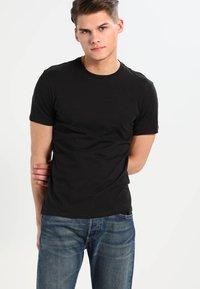 Levi's® - SLIM FIT 2 PACK  - T-shirt - bas - black - 2